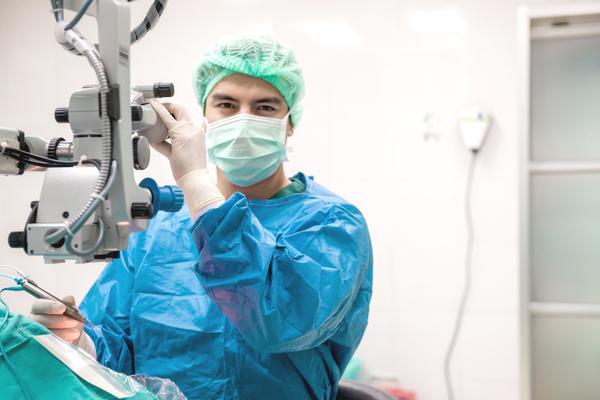眼病の治療をする医者