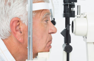目の検査を受ける老人