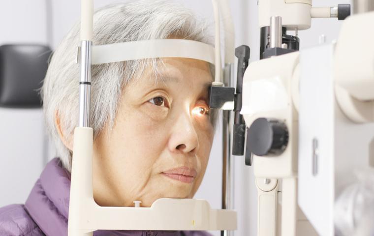 目の検査を受ける女性