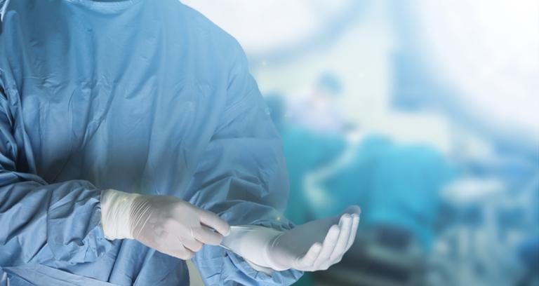手術の準備をする医者
