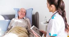 ベッドに横る病気の老人