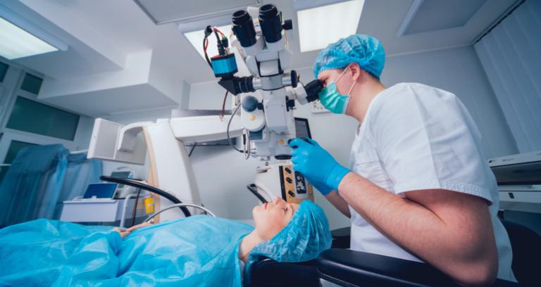機械で目の検診を受ける
