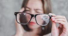 メガネを持っている女性