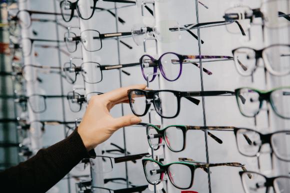 種類豊富なメガネを選ぶ人