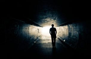 トンネルを歩く人