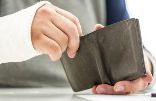 財布を開く手